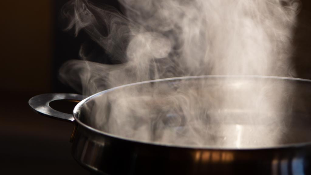 4-dicas-incríveis-de-como-tirar-chiclete-da-roupa-agua-fervendo