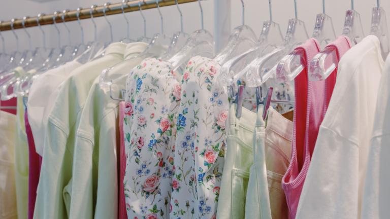 Como-deixar-as-suas-roupas-organizadas-no-armario