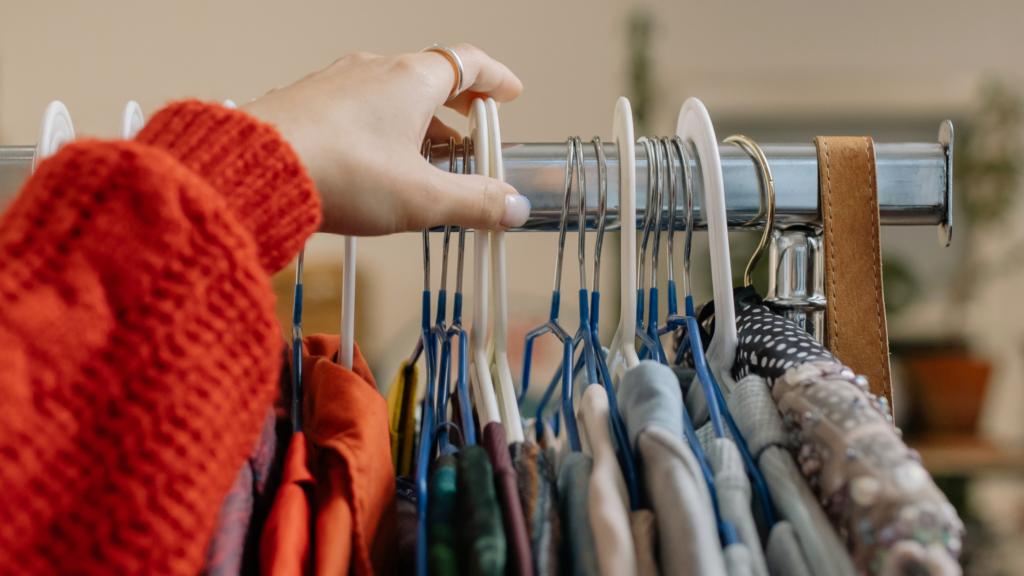 Como-deixar-as-suas-roupas-organizadas-no-ármario-separe-por-ocasião