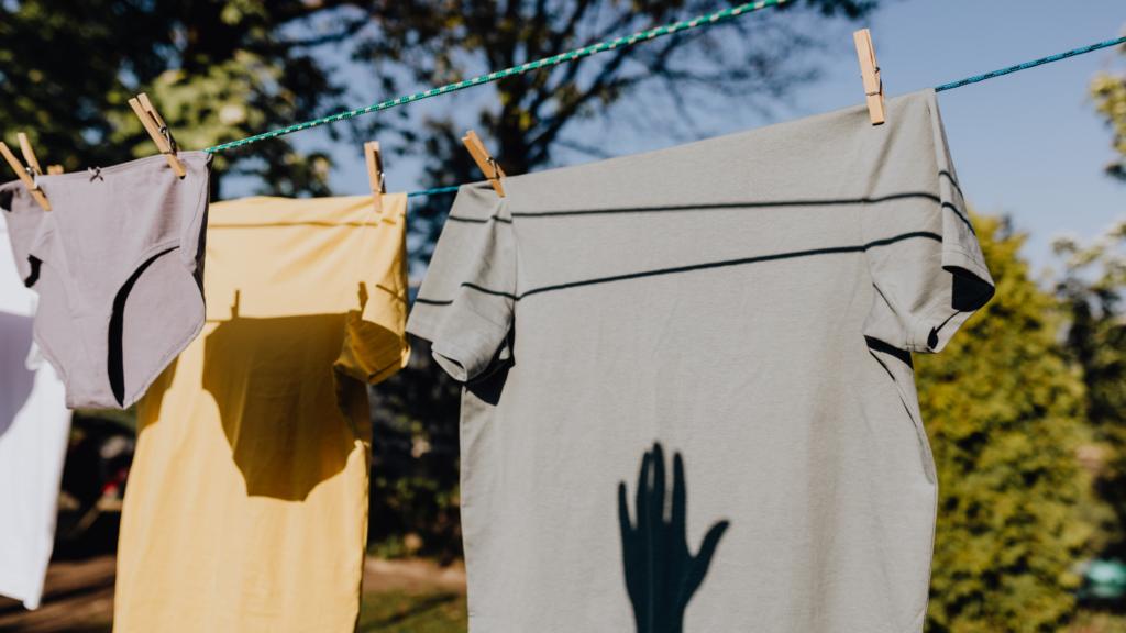 Como-deixar-as-suas-roupas-organizadas-no-ármario-separe-por-quantidade-ao-secarem