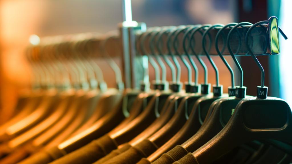 Como-deixar-as-suas-roupas-organizadas-no-ármario-separe-por-quantidade-de-uso